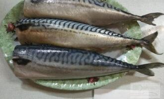 Шаг 2: Удалите голову и внутренности рыбы, промойте под проточной водой.