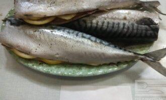 Шаг 4: Поперчите рыбу и  вложите в брюшко дольки лимона.