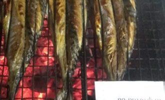 Шаг 5: Запекайте рыбу на решетке над горячими углями. Время запекания 10-12 минут с каждой стороны.