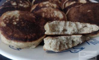 Шаг 7: Готовьте оладьи до румяной корочки с каждой стороны и выкладывайте на блюдо.