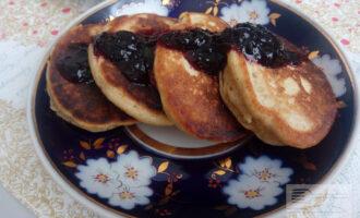 Шаг 8: Подавайте оладьи с мёдом, сметаной, йогуртом, сиропом или вареньем без сахара.