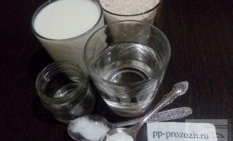 Шаг 1: Подготовьте ингредиенты для блинов: овсяную и пшеничную муку, молоко, воду, соду, оливковое масло, сахарозаменитель, соль. Молоко и вода должны быть комнатной температуры.