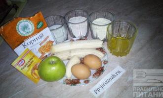 Шаг 1: Подготовьте необходимые продукты: бананы, овсяную и кукурузную муку, яблоко, яйца, молоко, мед, разрыхлитель, корицу.
