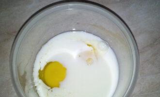 Шаг 5: В отдельной посуде соедините яйца с молоком.