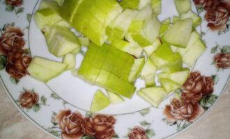 Шаг 7: Яблоко тщательно вымойте и нарежьте на небольшие кубики.