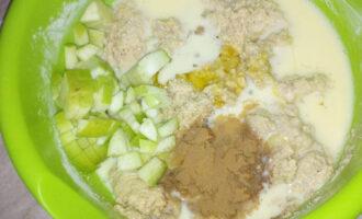 Шаг 8: Добавьте к тесту яблоко, корицу, мед и яично-молочную смесь.
