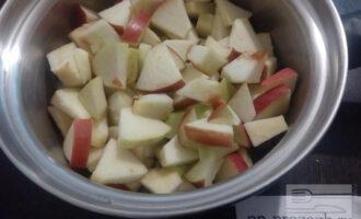 Шаг 2: Сначала помойте яблоки, удалите семенные коробки и нарежьте дольками. Опустите яблоки в кастрюлю с толстым дном и поставьте на небольшой огонь. Томите под крышкой с добавлением небольшого количества воды примерно 7 минут и в конце добавьте сахарозаменитель по вкусу.