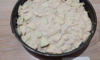 Шаг 5: Застелите форму пергаментом. Переложите тесто в форму и выпекайте в разогретой до 180-200 градусов духовке 30-40 минут.
