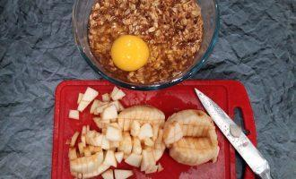 Шаг 3: Яблоко нарежьте и вместе с яйцом добавьте к овсяным хлопьям.