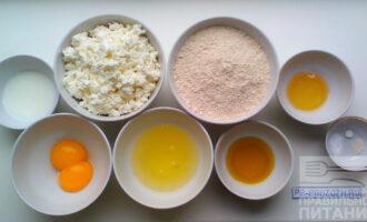 Шаг 1: Подготовьте продукты: - измельчите овсяные хлопья в кофемолке, если у вас нет овсяной муки; - возьмите яйца и отделите белки от желтков; - подогрейте немного меда на водяной бане, чтобы он стал теплым.