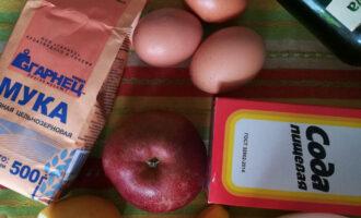Шаг 1: Подготовьте продукты: муку, яйца, яблоко, банан, лимон, оливковое масло, соду, мед.
