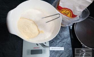 Шаг 4: К белкам аккуратно добавьте йогурт, перемешанный с желтками, курагу, сахарозаменитель, муку и соду.