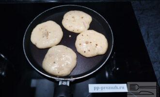 Шаг 6: На хорошо разогретую сковороду выложите немного теста и выпекайте на среднем огне до появления пузырьков.