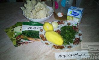 Шаг 1: Подготовьте ингредиенты: картофель, цветную капусту, сливки, куриный бульон, лук, приправы и зелень.