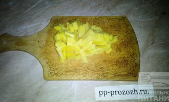 Шаг 2: Нарежьте картофель брусочками.