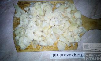 Шаг 5: Цветную капусту нарежьте на произвольные кусочки.