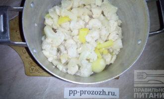 Шаг 6: Добавьте капусту к картофелю.