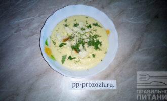 Шаг 8: Взбейте суп в пюре с помощью блендера и подавайте с сухариками и мелко порубленной зеленью.