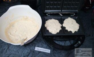 Шаг 4: Положите на хорошо разогретую поверхность вафельницы по 2 столовые ложки теста на каждую вафлю (при необходимости смажьте поверхность каплей кокосового масла) и выпекайте 5-7 минут.