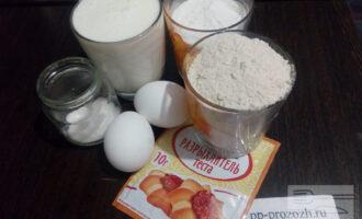 Шаг 1: Подготовьте ингредиенты: яйца, цельнозерновую и рисовую муку, кефир, сахарозаменитель, разрыхлитель.