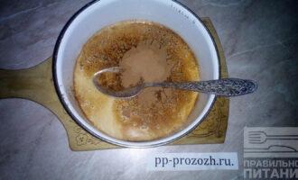 Шаг 3: Добавьте к молоку с желатином какао-порошок и перемешайте.