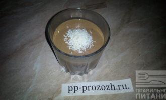 Шаг 8: Подавайте готовый десерт, украсив сверху кокосовой стружкой или какао-порошком.