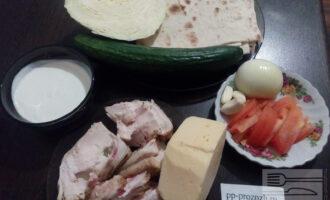 Шаг 1: Подготовьте ингредиенты для шаурмы: лаваш, куриную грудку, огурец, помидор, капусту, сыр, йогурт и сметану, соль, чеснок и лук.