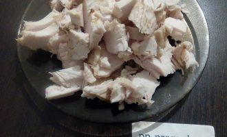 Шаг 2: Нарежьте куриное филе поперек волокон.