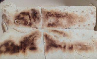 Шаг 9: Обжарьте шаурму на сухой сковороде с двух сторон.
