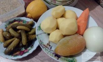 Шаг 1: Подготовьте продукты для рассольника: чистую воду, картофель, морковь, лук, перец, перловку, томатную пасту, соленые огурцы, лимоны, оливковое масло, соль и специи.