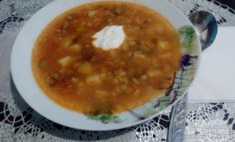 Шаг 8: Подавайте суп со сметаной или йогуртом. Приятного аппетита!
