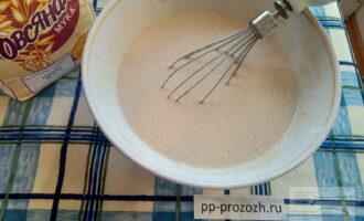 Шаг 5: У вас получится тесто консистенции жидкой сметаны, если гуще добавьте еще немного воды.