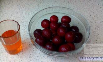 Шаг 1: Вымойте сливы, разрежьте их на половинки и удалите косточки. Если вы используете замороженные плоды, то разморозьте их, но не до конца. Так вам будет легче удалить косточки.