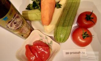 Шаг 1: Подготовьте ингредиенты: кабачки, лук репчатый, морковь, помидоры, оливковое масло, укроп, петрушку, сладкий перец, чеснок.