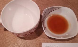 Шаг 3: Растопите кокосовое масло и мёд (если требуется) до жидкого состояния на водяной бане, чтобы в дальнейшем было удобнее смешивать.