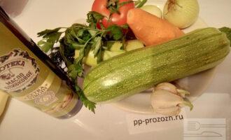 Шаг 1: Подготовьте ингредиенты: кабачки, морковь, лук, укроп, петрушку, оливковое масло, чеснок, помидор.