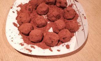 Шаг 7: Насыпьте оставшееся какао (10 грамм) в удобную плоскую тарелку. Равномерно обваляйте в порошке круглые заготовки, уберите в холодильник минут на 30, чтобы конфеты приобрели нужную плотность.