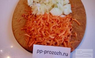 Шаг 3: Натрите морковь и нарежьте лук.