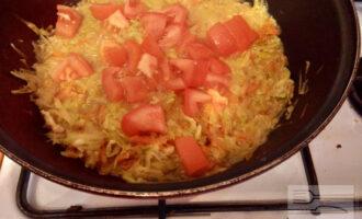 Шаг 6: Затем добавьте нарезанные помидоры и оливковое масло. Готовьте 15 минут.