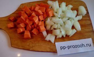 Шаг 2: Нарежьте морковь и лук кубиком.
