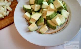Шаг 3: Нарежьте кабачки крупным кубиком.