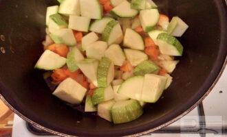 Шаг 7: Добавьте кабачки. Готовьте 20 минут.