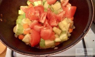 Шаг 8: Добавьте помидоры, протушите еще 10 минут, аккуратно помешивайте, чтобы овощи не превратились в кашу.