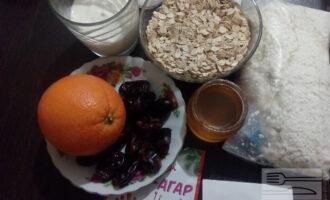 Шаг 1: Подготовьте ингредиенты для чизкейка: обезжиренный творог, сметану, сахарозаменитель, апельсины, агар-агар, финики, овсяные хлопья, мёд.