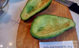 Шаг 4: Половинки авокадо присолите морской солью, приправьте орегано.