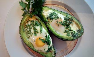 Яйца запеченные в авокадо ПП