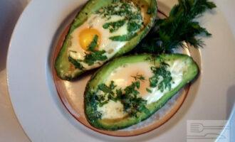Шаг 8: Яйца запеченные в авокадо готовы. Подавайте со свежими овощами.