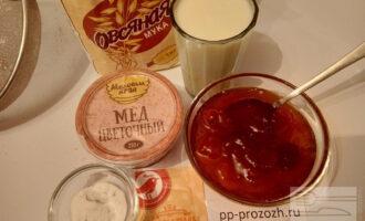 Шаг 1: Подготовьте ингредиенты: кефир, овсяную муку, мед, соду, абрикосовое, смородиновое или сливовое варенье без сахара.