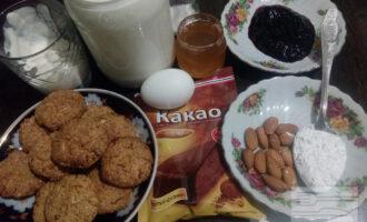 Шаг 1: Подготовьте ингредиенты для торта: овсяное печенье, молоко, яйцо, кукурузный крахмал, мёд, варенье, сметану, миндаль, сахарозаменитель и какао-порошок.
