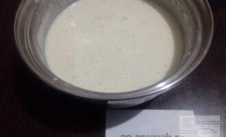 Шаг 4: После этого поставьте кастрюлю на плиту и варите крем до загустения, периодически помешивая, чтобы он не пригорел. Готовый крем остудите до 60 градусов, добавьте мёд по вкусу и перемешайте.